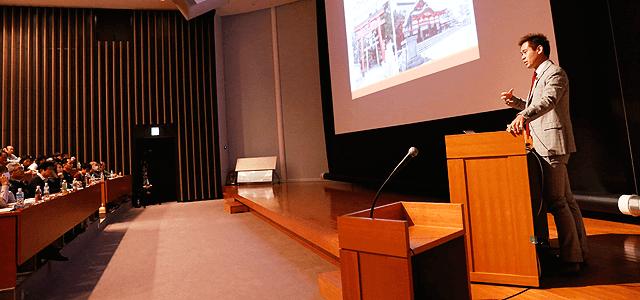 ビリオネアアカデミーで講演中の竹井佑介