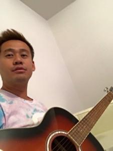 ギターを弾く竹井佑介