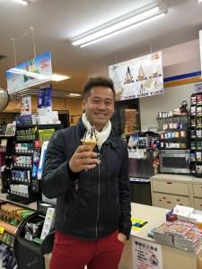 ソフトクリームを食べる竹井佑介