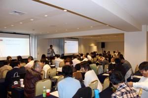 ミリオネアアカデミーでスピーチをする竹井佑介