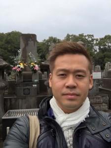 西郷のお墓の前の竹井佑介
