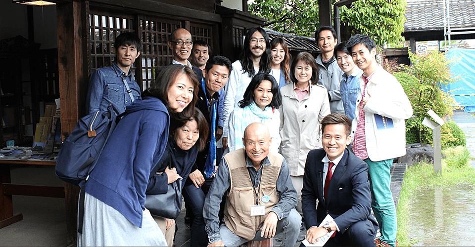 渋沢栄一の生家があった「中ん家」で記念撮影