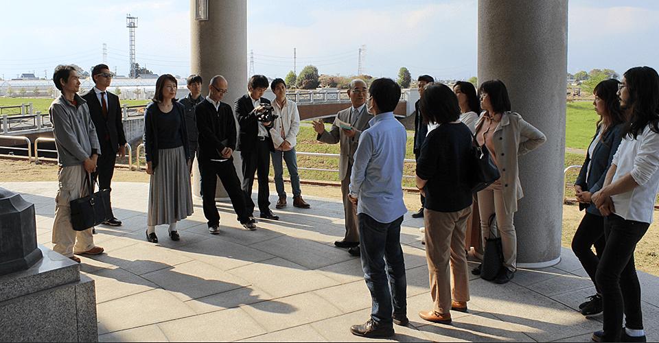 渋沢栄一記念館で解説をいただく竹井佑介とビリアカの皆様