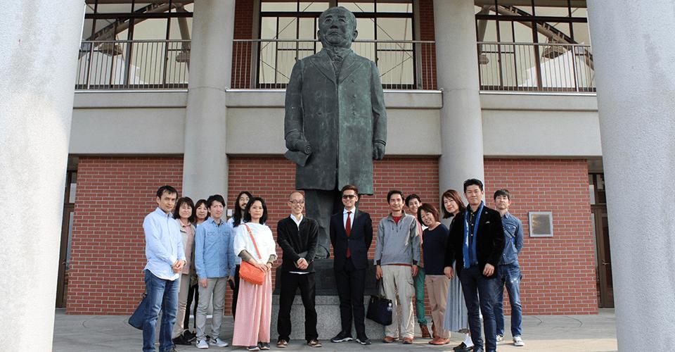 渋沢栄一記念館で渋沢栄一像の前で記念撮影