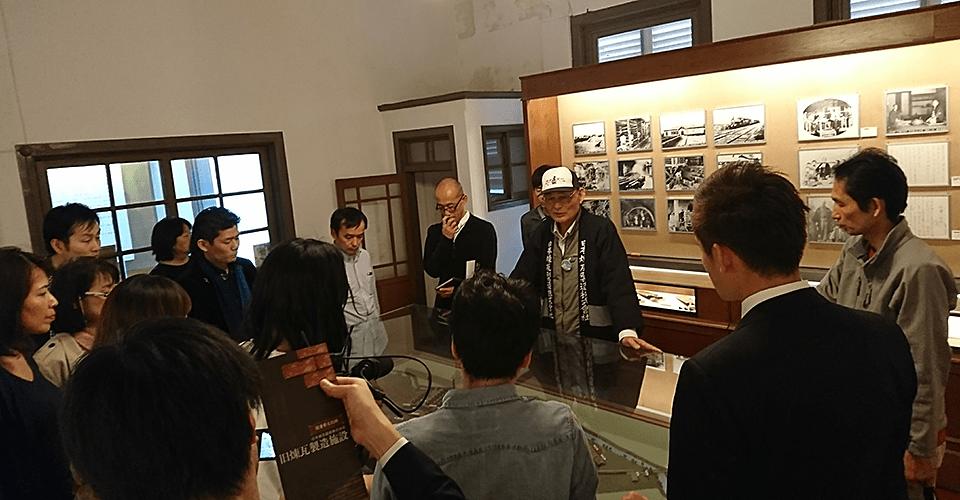 旧煉瓦製造施設横の事務所兼展示室で学ぶ竹井佑介とビリアカの皆様