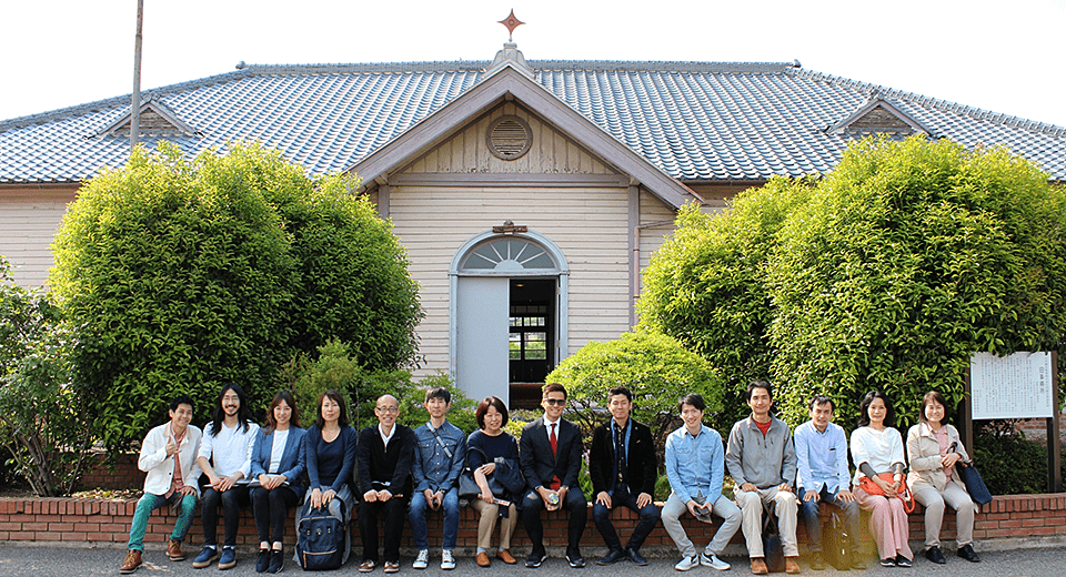 渋沢栄一の旧煉瓦製造施設事務所前で記念撮影