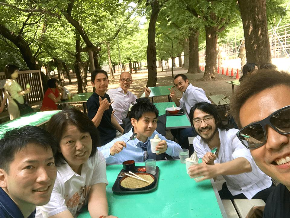 靖国神社境内の休憩所で記念撮影