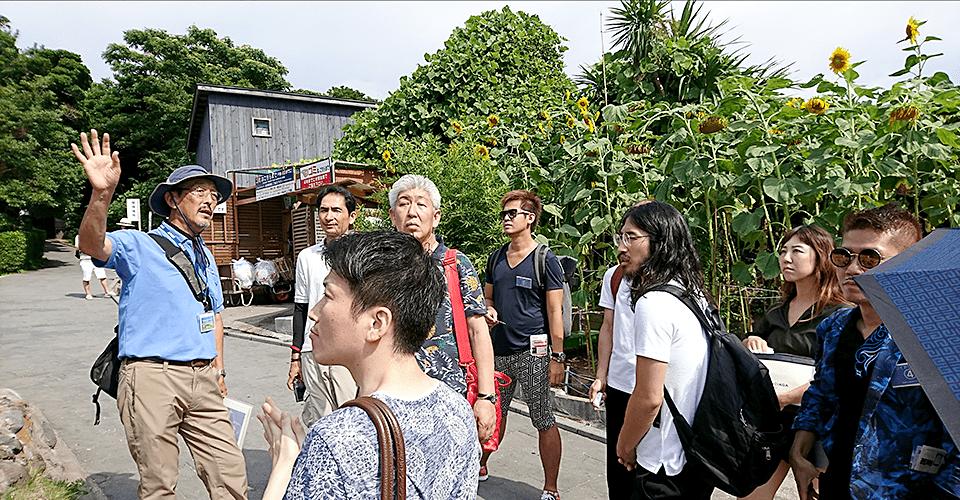 猿島ガイドツアーをいただくビリアカメンバー