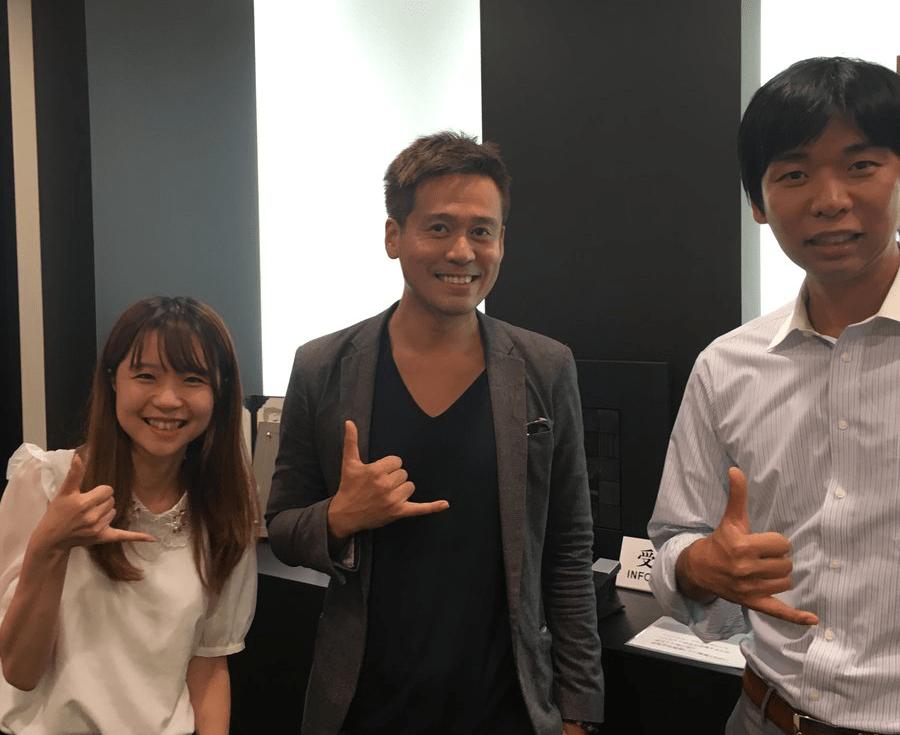 みんなのFXのスタッフさんと記念撮影する竹井佑介