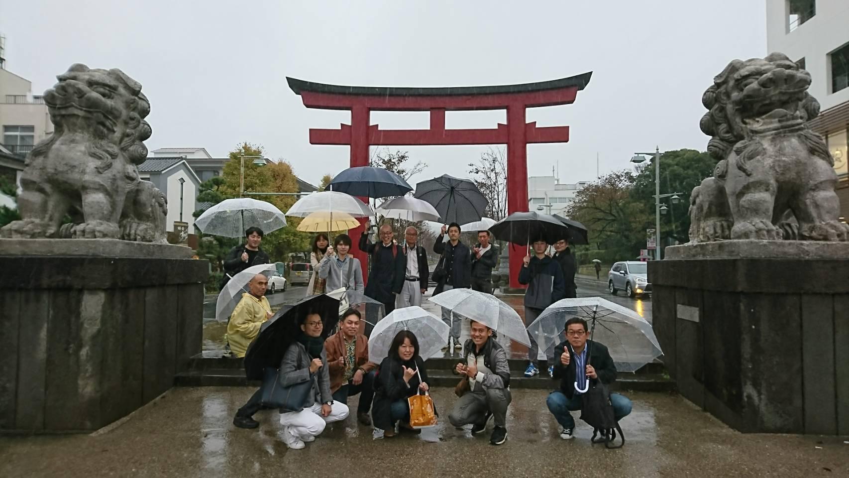 鶴岡八幡宮前で記念撮影