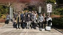円覚寺の前で幸せの定理のメンバーと記念撮影